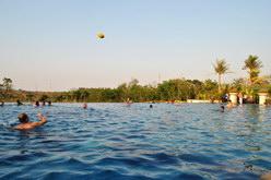 berenang di kolam renang lakers bsb