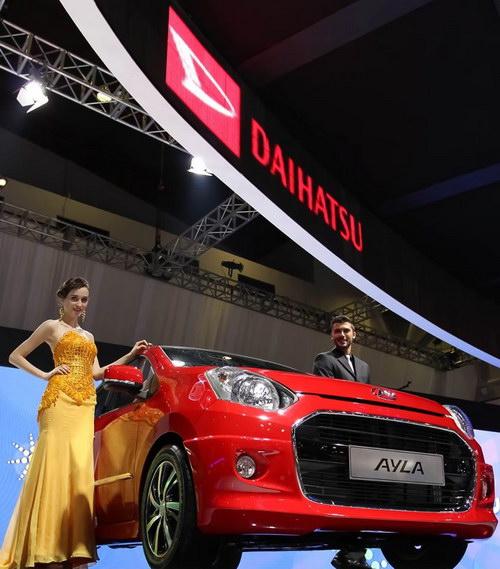 Foto Mobil Daihatsu Ayla dan wanita cantik