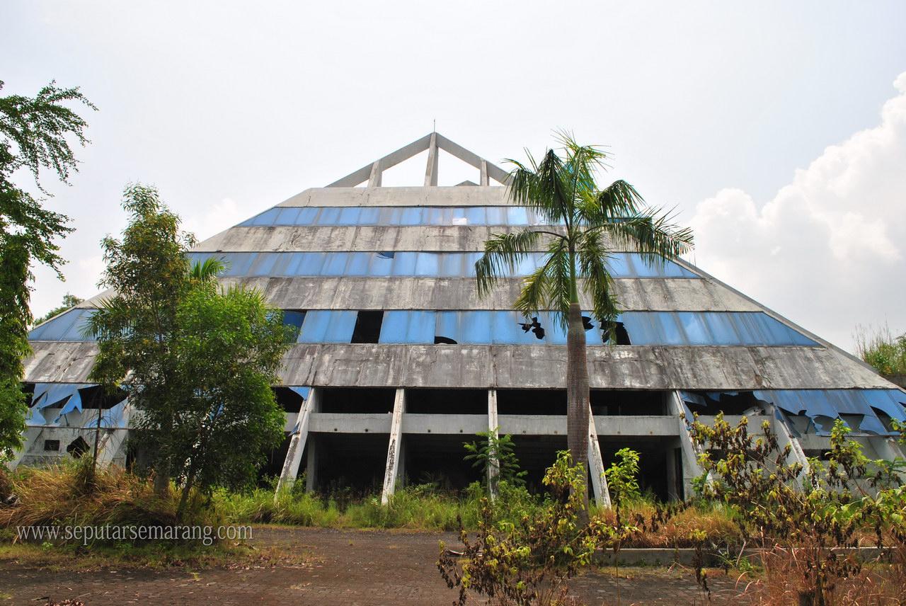 Bangunan Berbentuk Piramid Semarang Tembalang