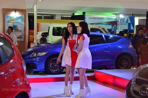 SPG Seksi Mobil Honda CRZ di Pameran