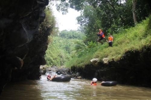 Melompat ke sungai kreo