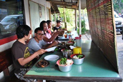 Suasana makan di warung