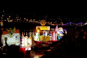 Perahu Hias dan Lampion Terbang di Banjir Kanal Barat